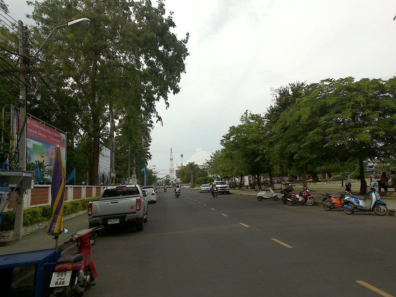 La calle Romburi, un paseo por la noche Buriram Tailandia