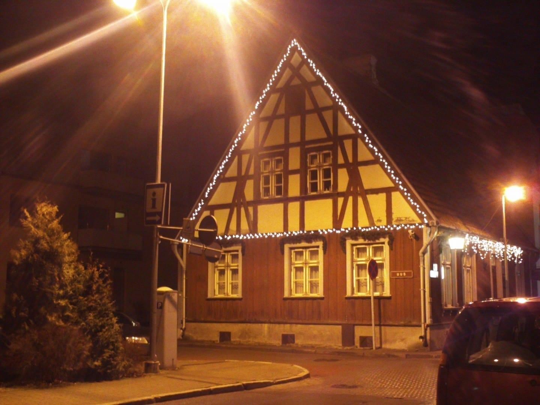 La casa con marco de madera en el casco antiguo Pärnu Estonia