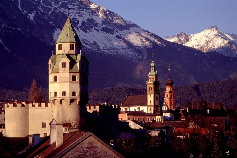 La Casa de la Moneda y la Torre de Hall y la Iglesia de los Jesuitas con el Karwendel al fondo Hall in Tirol Austria