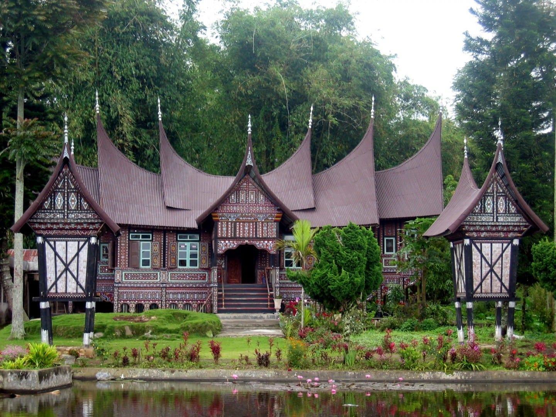 La casa/edificio tradicional con techo refleja el cuerno de kerbau/buffalo Padang Indonesia