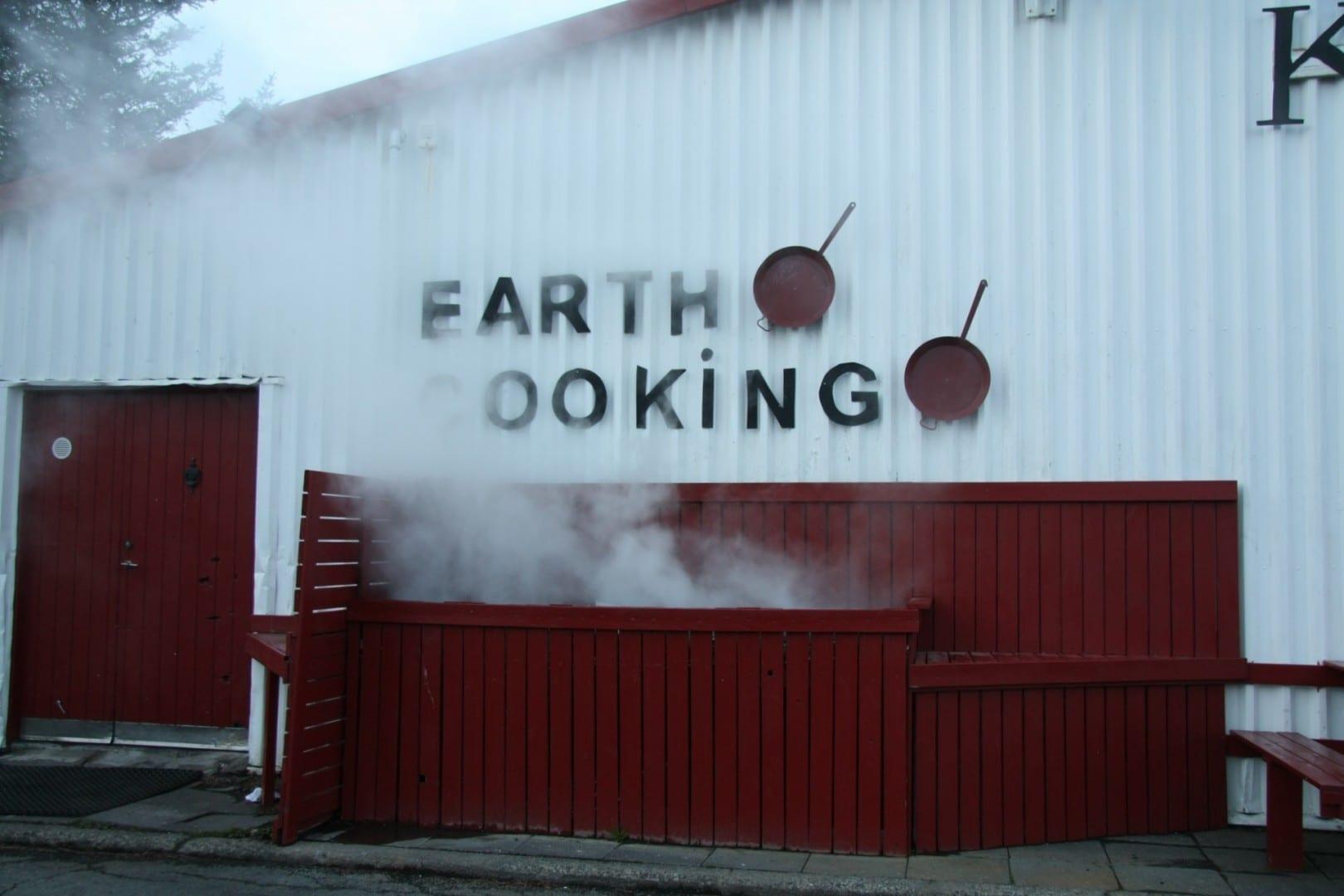 La cocina exterior del restaurante Kjöt & Kúnst está preparada para cocinar con vapor natural. Hveragerði Islandia
