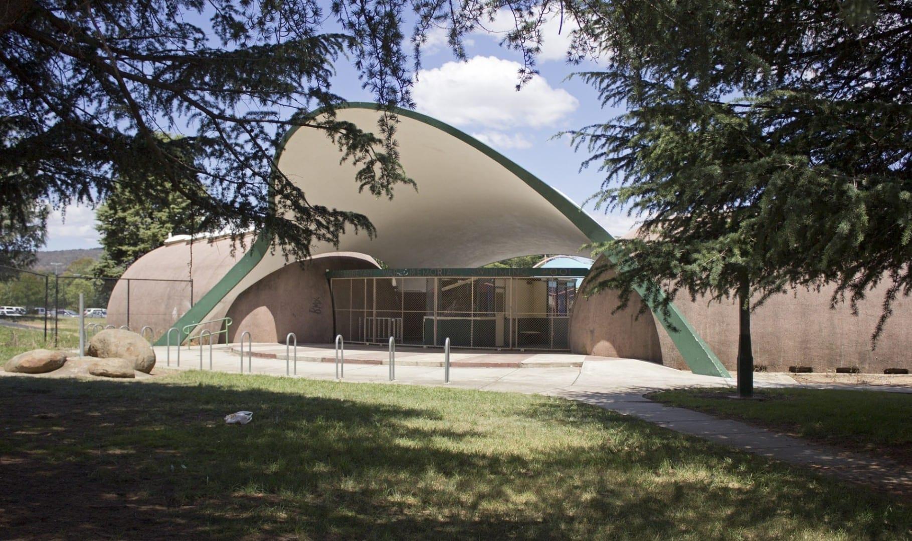 La entrada a la piscina del Memorial de la Guerra de Queanbeyan Queanbeyan Australia