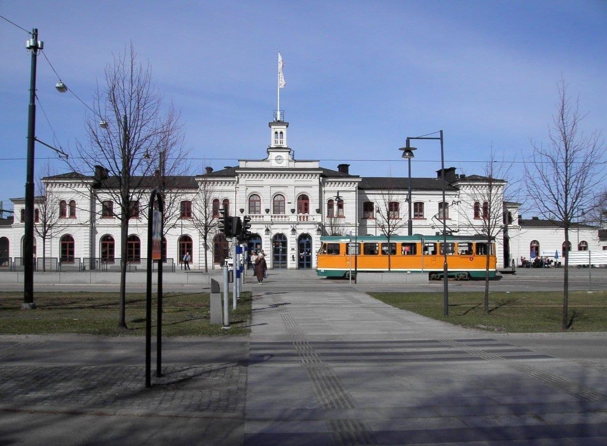 La estación central de trenes y uno de los famosos tranvías naranjas Norrköping Suecia
