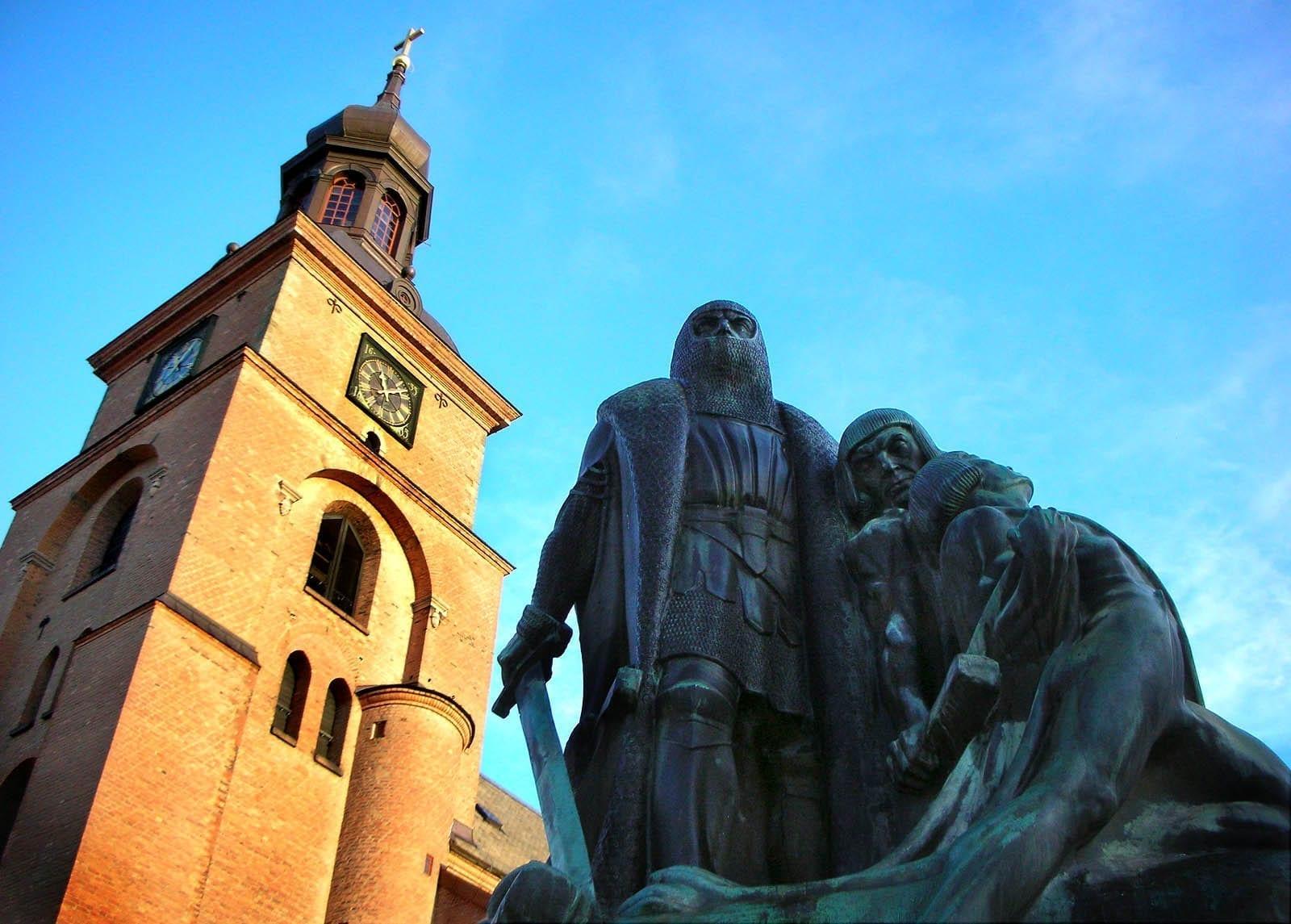 La iglesia de Kristine y la estatua de Engelbrekt, la plaza principal Falun Suecia