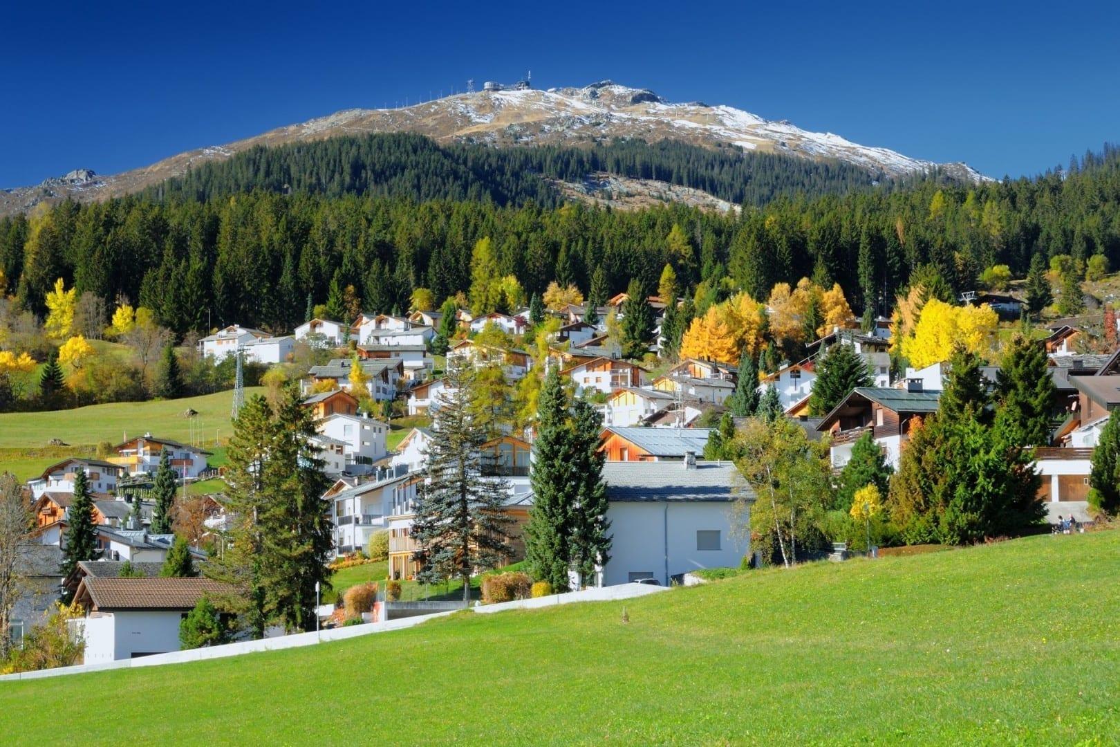 La montaña Crap Sogn Gion vista desde el pueblo de Flims Laax Suiza