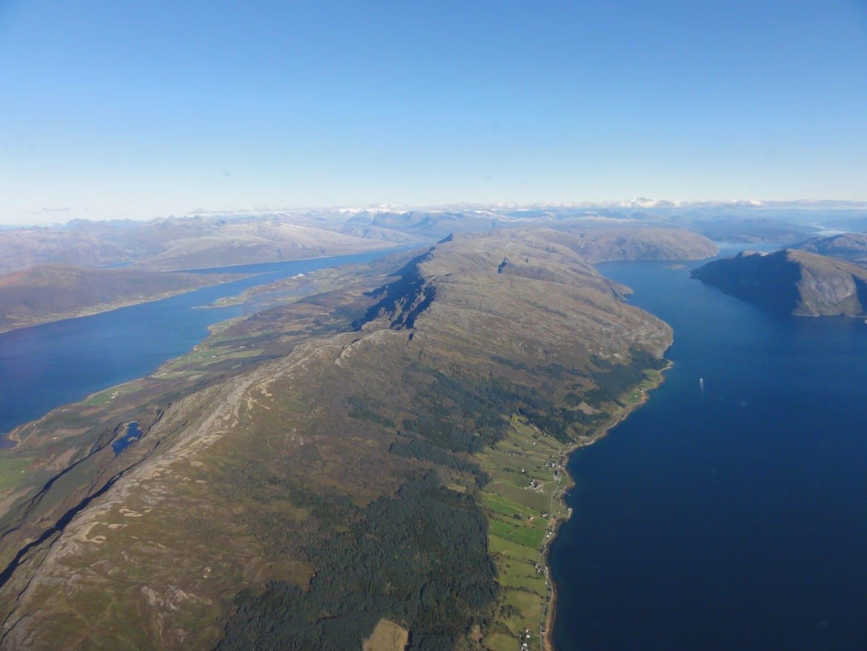 La parte exterior de Ranfjorden (cerca de Nesna) mirando hacia el noreste a Mo i Rana y las montañas Mo i Rana Noruega
