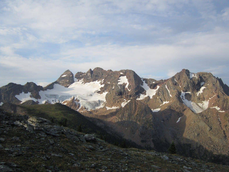 La parte trasera de los campanarios de Cranbrook, Columbia Británica, Canadá, vista desde el sendero de Tanglefoot. Cranbrook Canadá