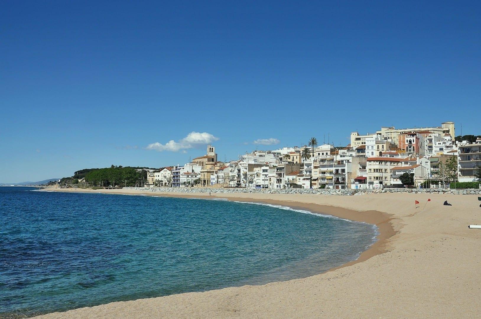 La playa de Sant Pol De Mar es una de las más bonitas de la Costa Brava en Barcelona. Decenas de miles de personas la visitan cada verano debido a los amazi San Pol de Mar España