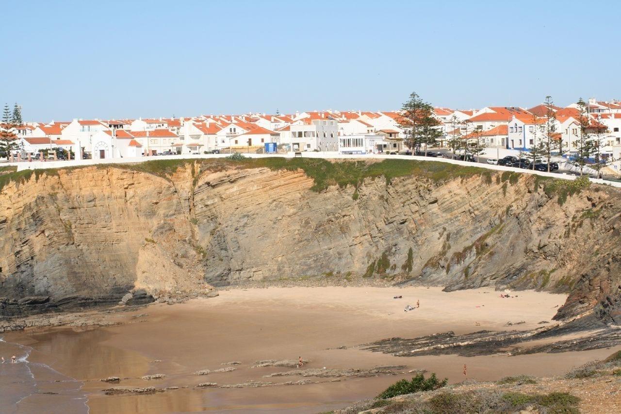 La playa del pueblo en un día tranquilo Zambujeira do Mar Portugal