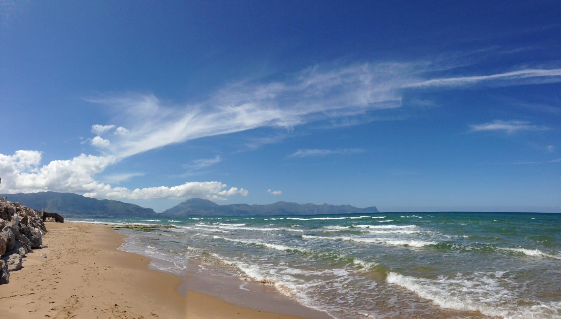 La playa oeste Balestrate Italia