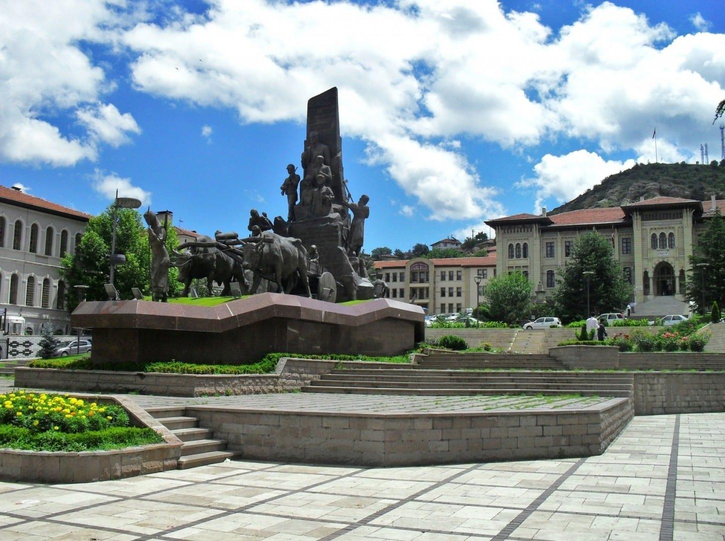 La Plaza de la República frente a la Oficina del Gobernador Kastamonu Turquía