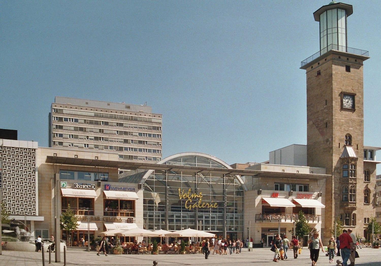 La plaza Friedrich Ebert con la torre del ayuntamiento y el centro comercial Volme Hagen Alemania