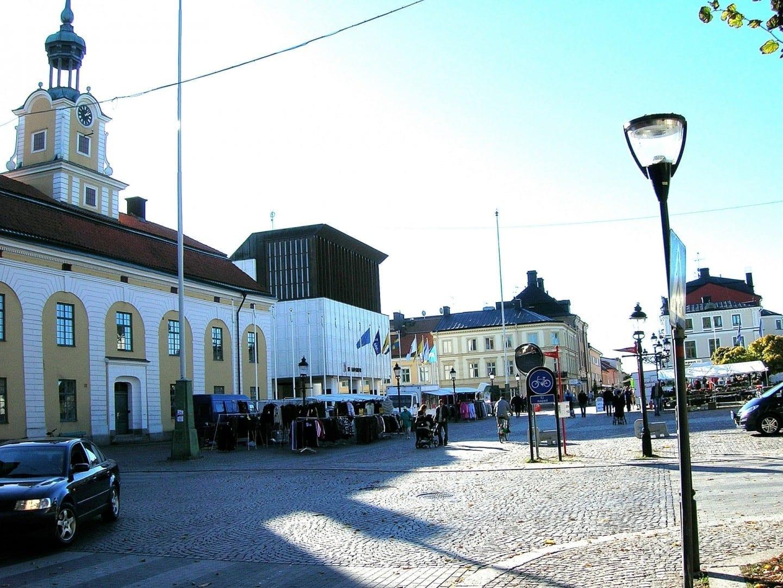 La plaza principal. El Ayuntamiento y la Alcaldía son visibles aquí. Nykoping Suecia