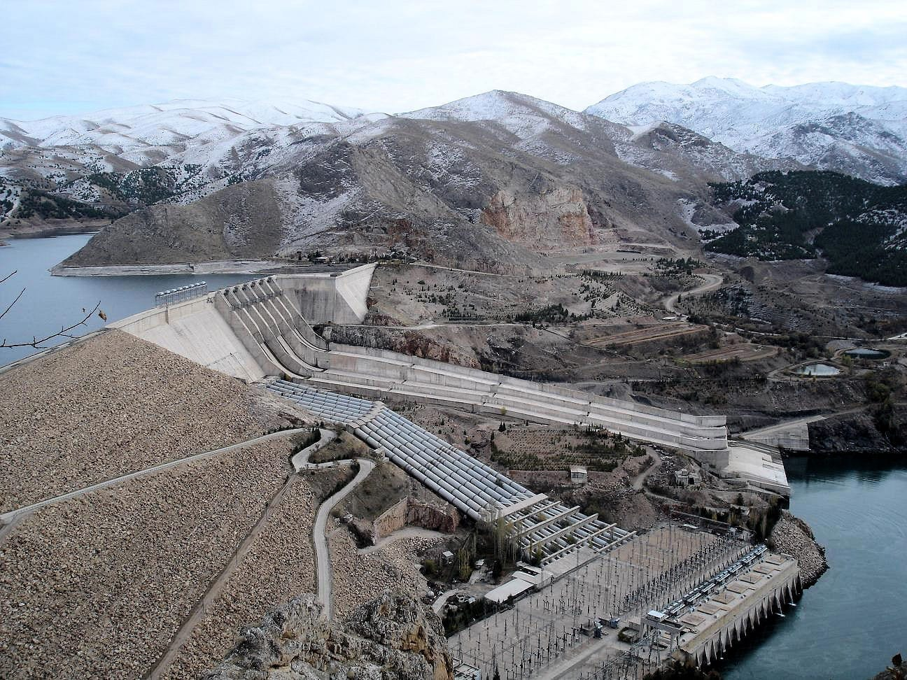 La presa de Keban, a 45 km de Elazığ, creó un lago artificial cuyas orillas abarcan parte de la ciudad Elazig Turquía