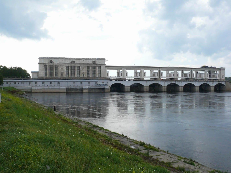La presa de Uglich y la planta hidroeléctrica Úglich Rusia