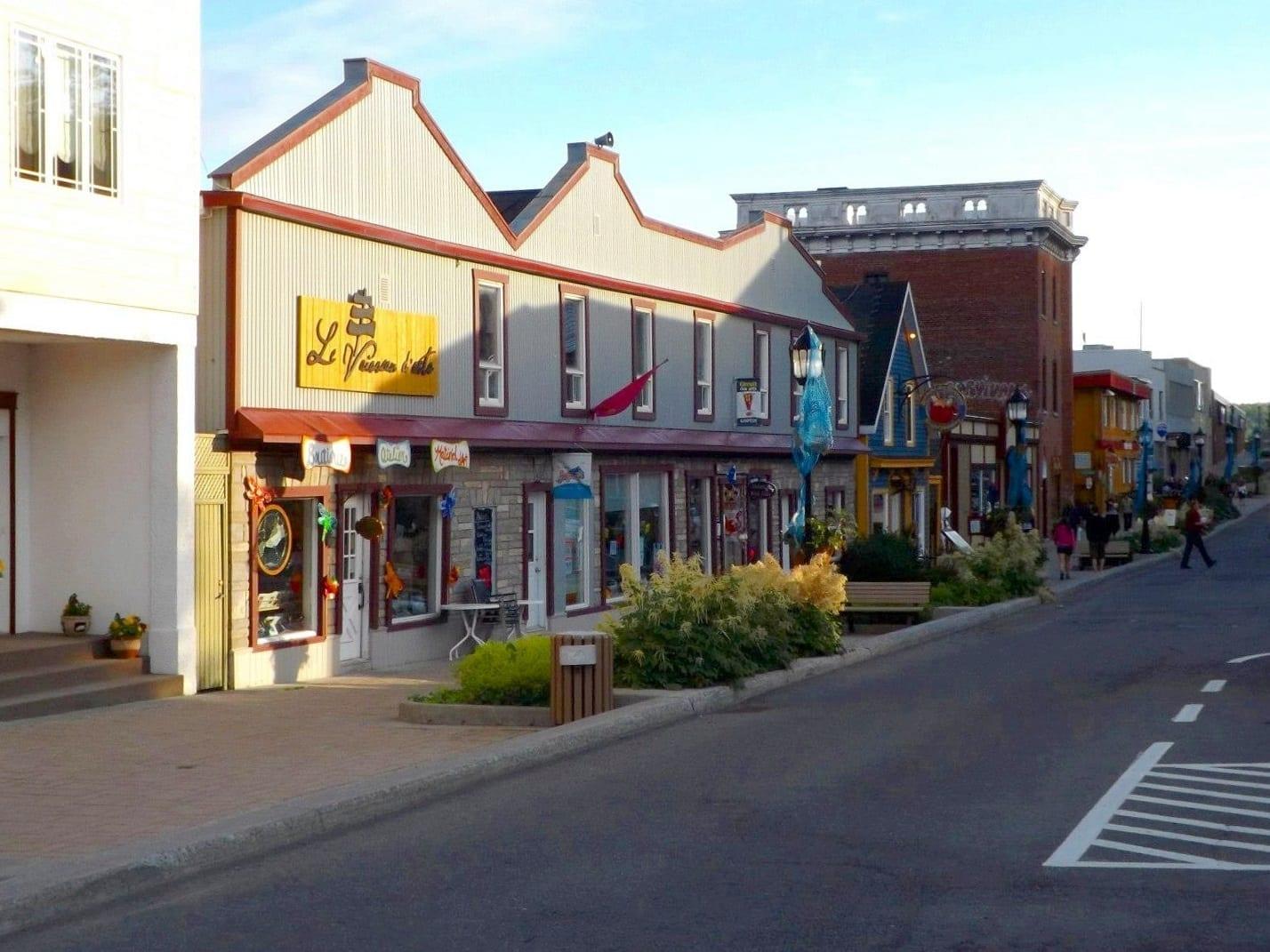 La Rue de la Reine es la principal calle comercial y de restaurantes del centro de Gaspé. Gaspé Canadá