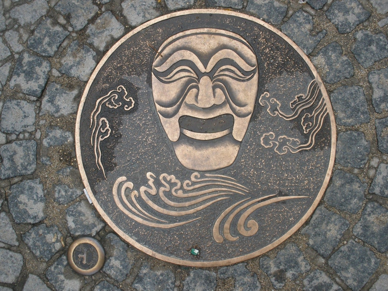La tapa de la alcantarilla que muestra la máscara más icónica de Andong. Andong Corea del Sur