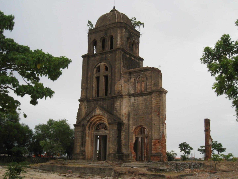 Las ruinas bombardeadas de la iglesia de Tam Toa, en el río Nhat Le de Dong Hoi. Dong Hoi Vietnam