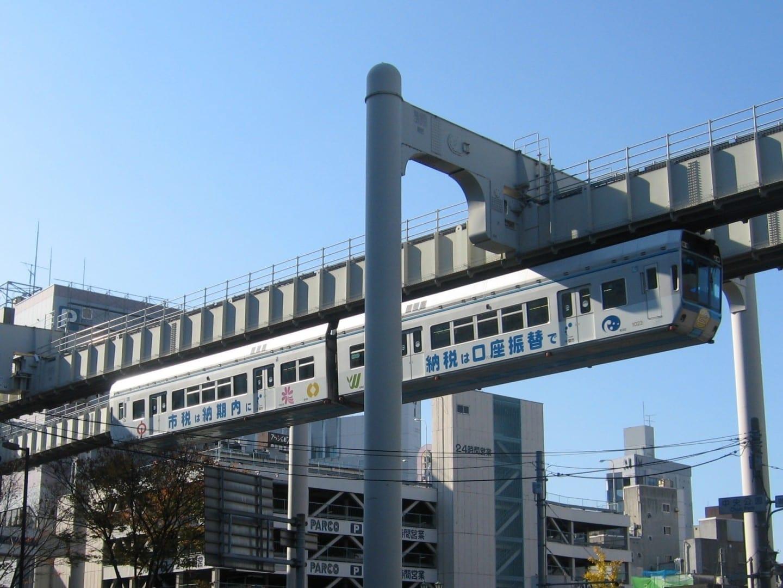 Las vías suspendidas del Monorraíl Urbano de Chiba Chiba Japón