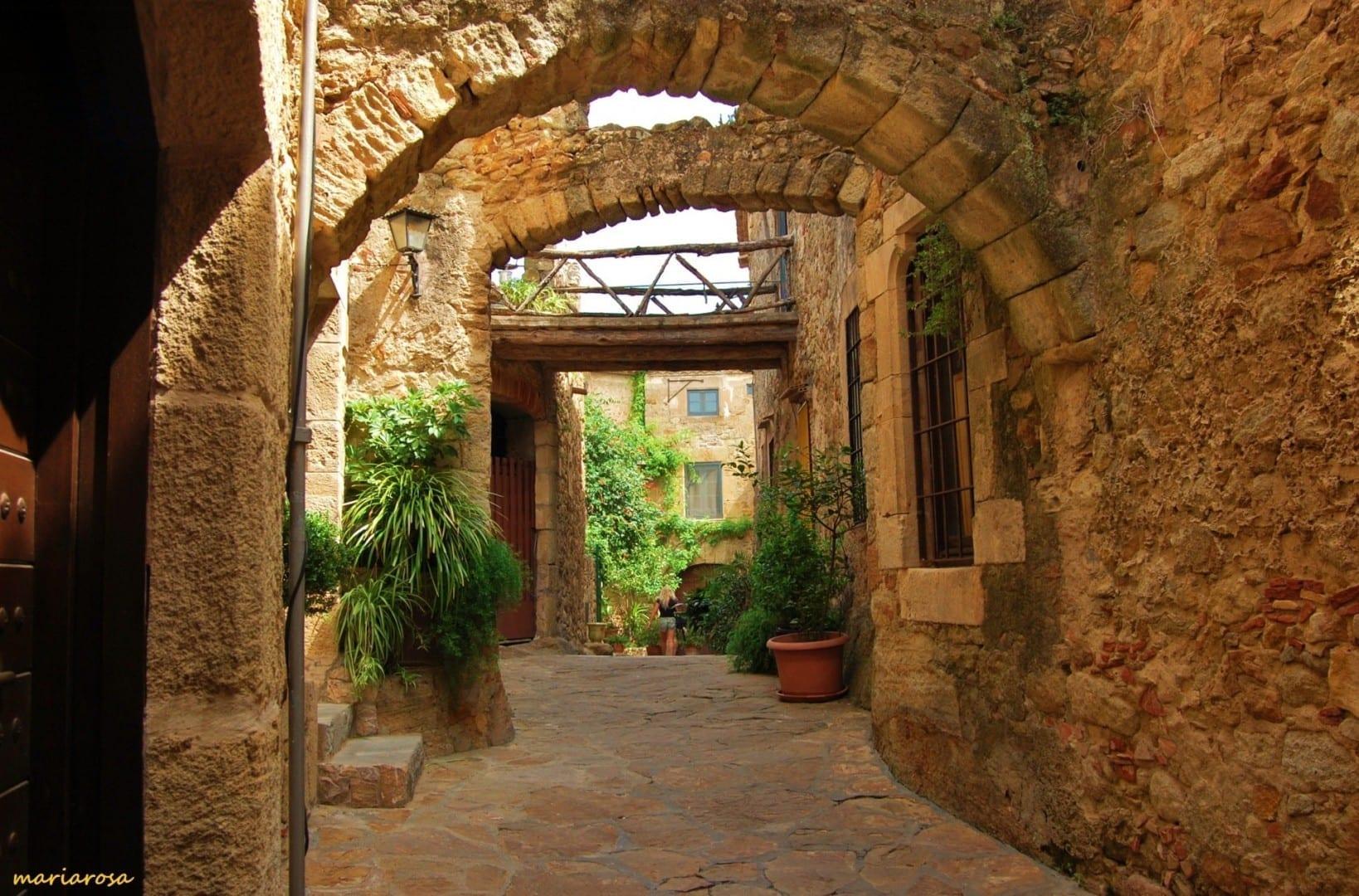 Los arcos sobre los estrechos pasajes son comunes, como estos a lo largo de las viejas murallas de la ciudad. Palafolls España