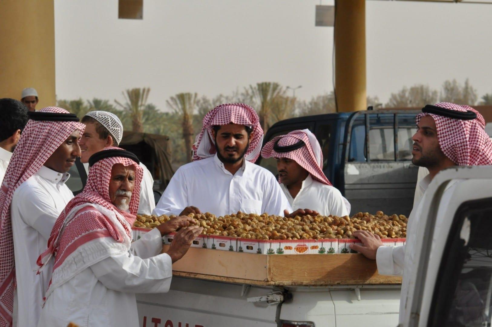 Los comerciantes en el mercado de la fecha Buraydah Arabia Saudí
