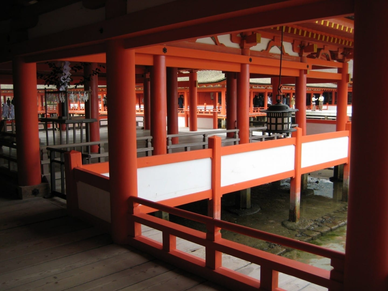 Los senderos anaranjados en zancos del Santuario de Itsukushima Miyajima Japón