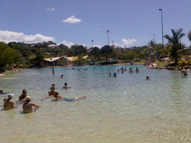 Los viajeros y los locales se relajan en la laguna de Airlie Beach La playa de Airlie Australia