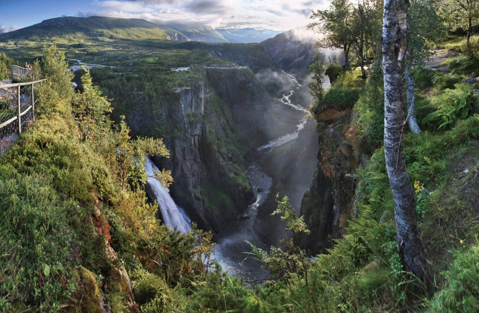 Måbødalen con la cascada Vøringsfossen a la izquierda Eidfjord Noruega