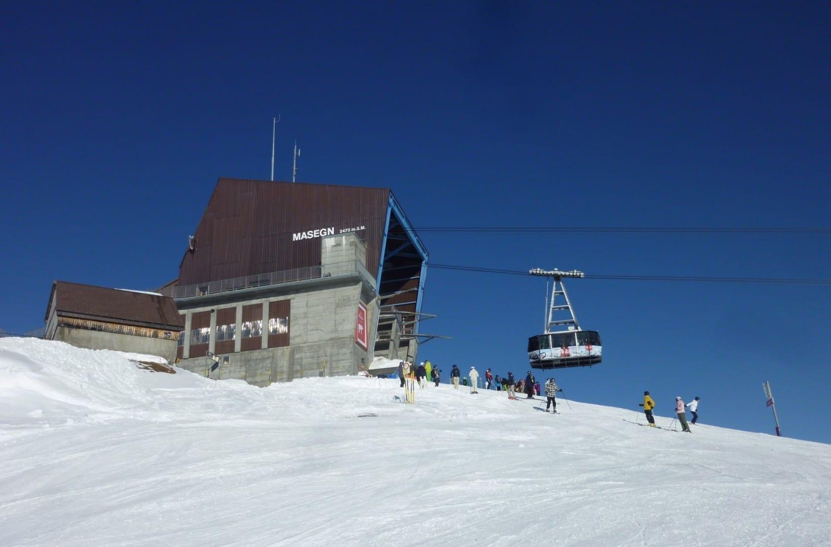 Mierda, la estación de teleférico de Masegn y los esquiadores Laax Suiza