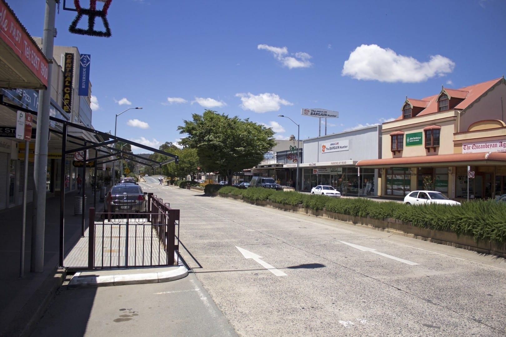Mirando hacia el noreste a lo largo de Kings Highway (Monaro Street) en Queanbeyan Queanbeyan Australia