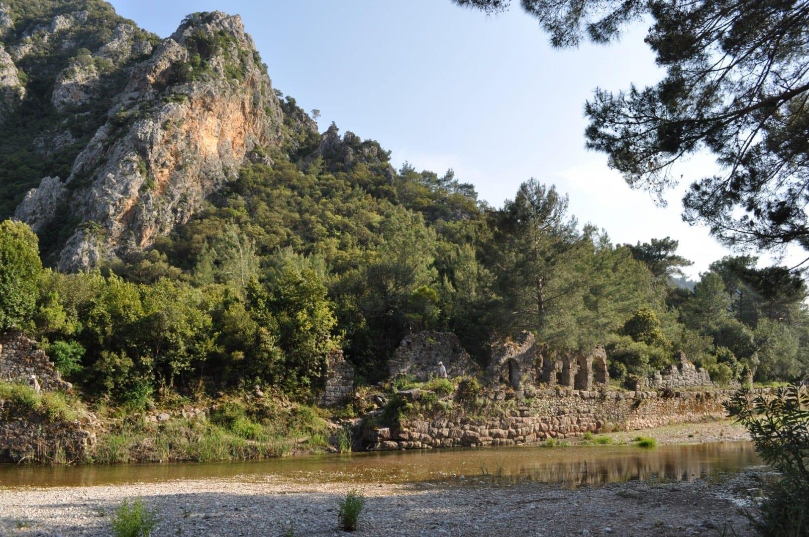 Montañas cubiertas de pinos y ruinas antiguas: el escenario general en el Olimpo Olympos Turquía
