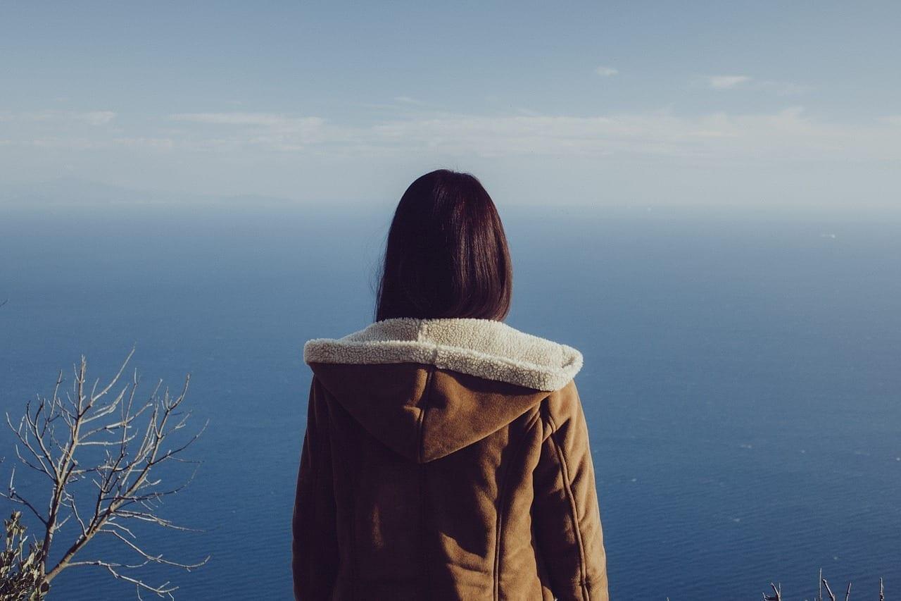 Mujer Mirando Océano Portugal