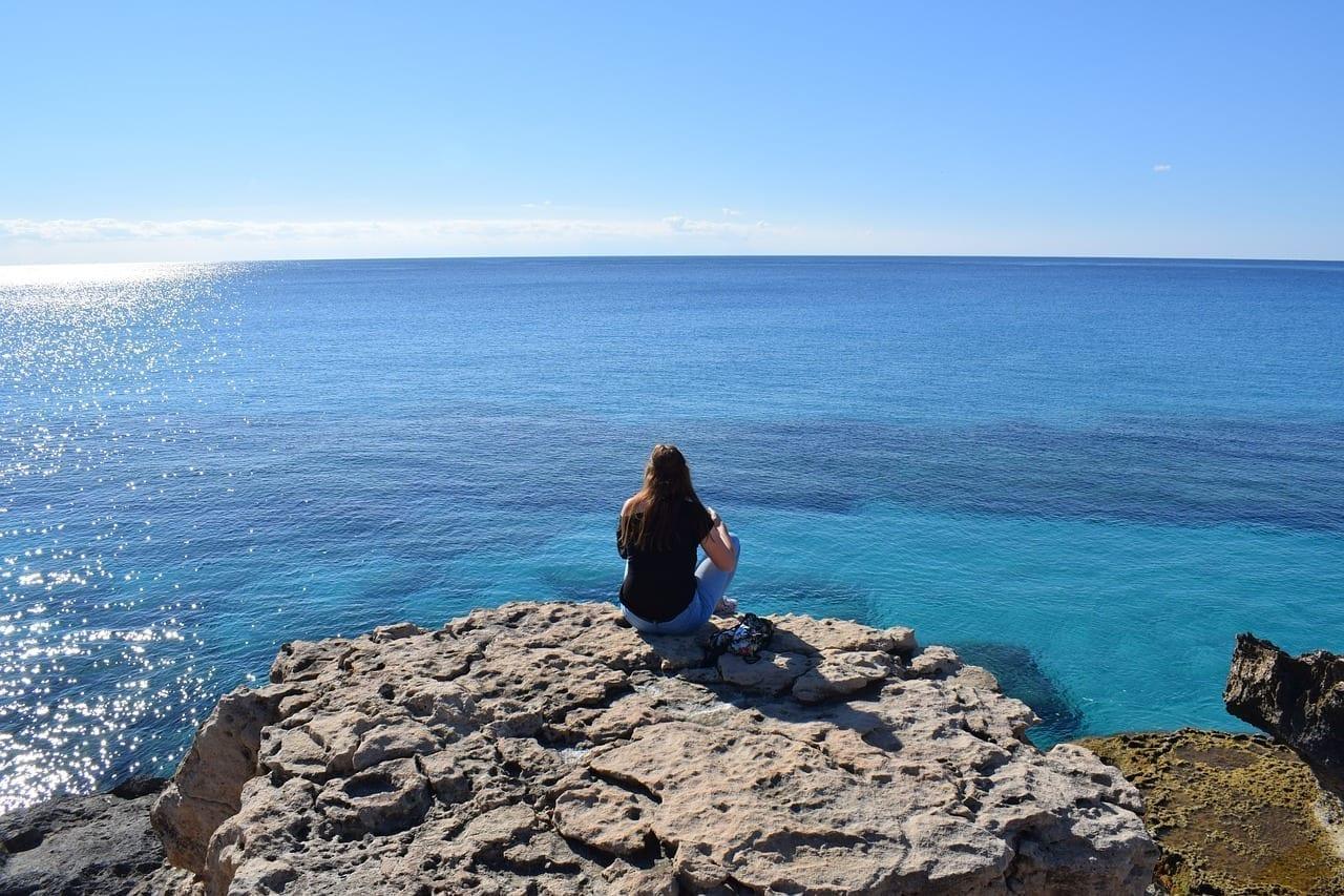 Niña Mirando Mar Portugal