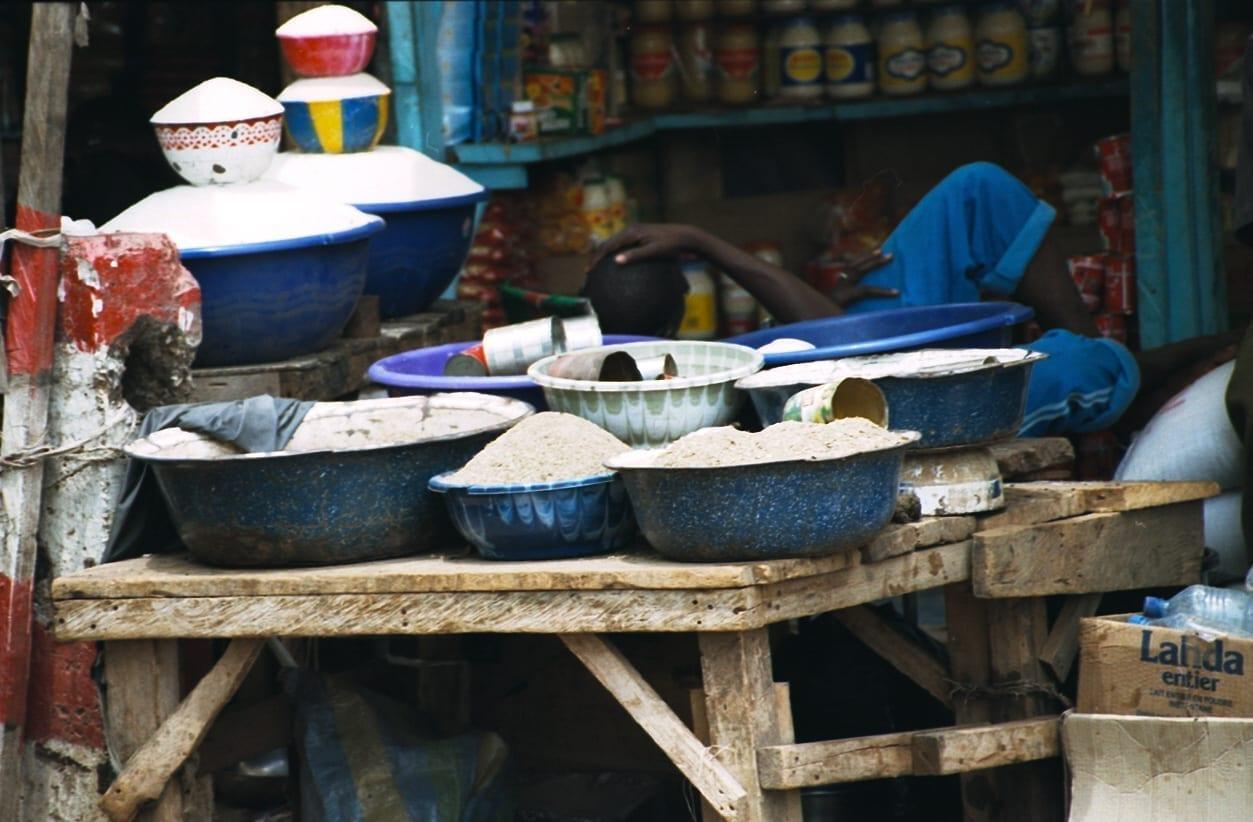 Ollas y sartenes en un mercado de Niamey Niamey Níger