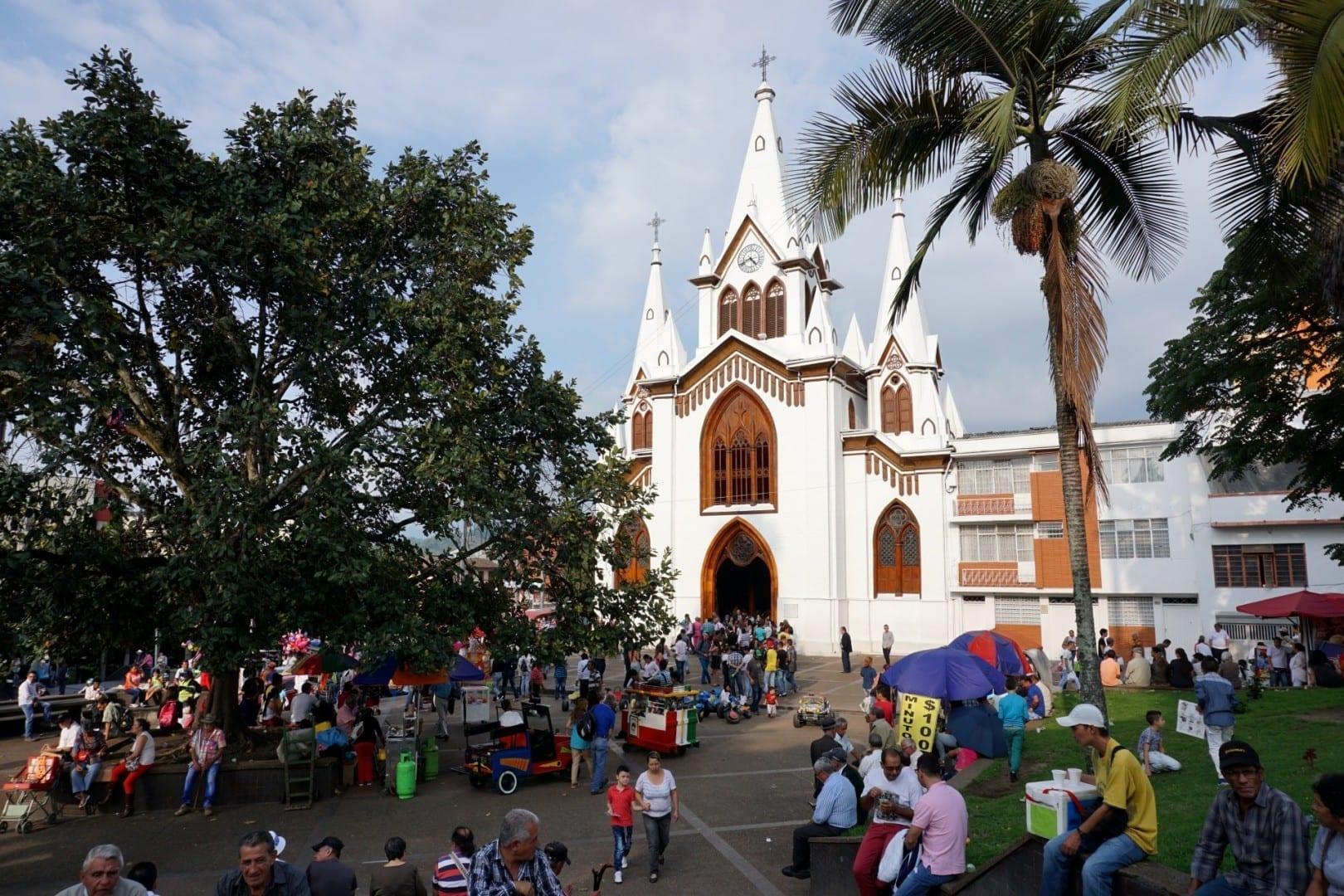 Parque Caldas con la iglesia Inmaculada Concepción Manizales Colombia