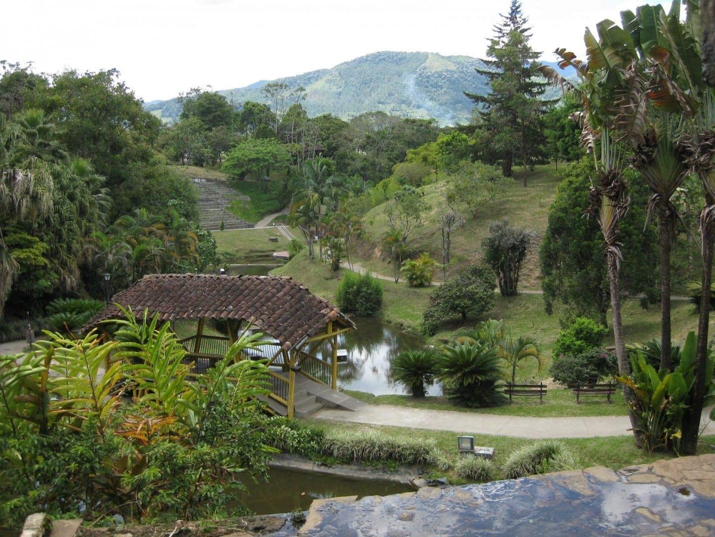 Parque de la Vida situado en el norte de Armenia con un lago y una cascada de agua. Armenia Colombia