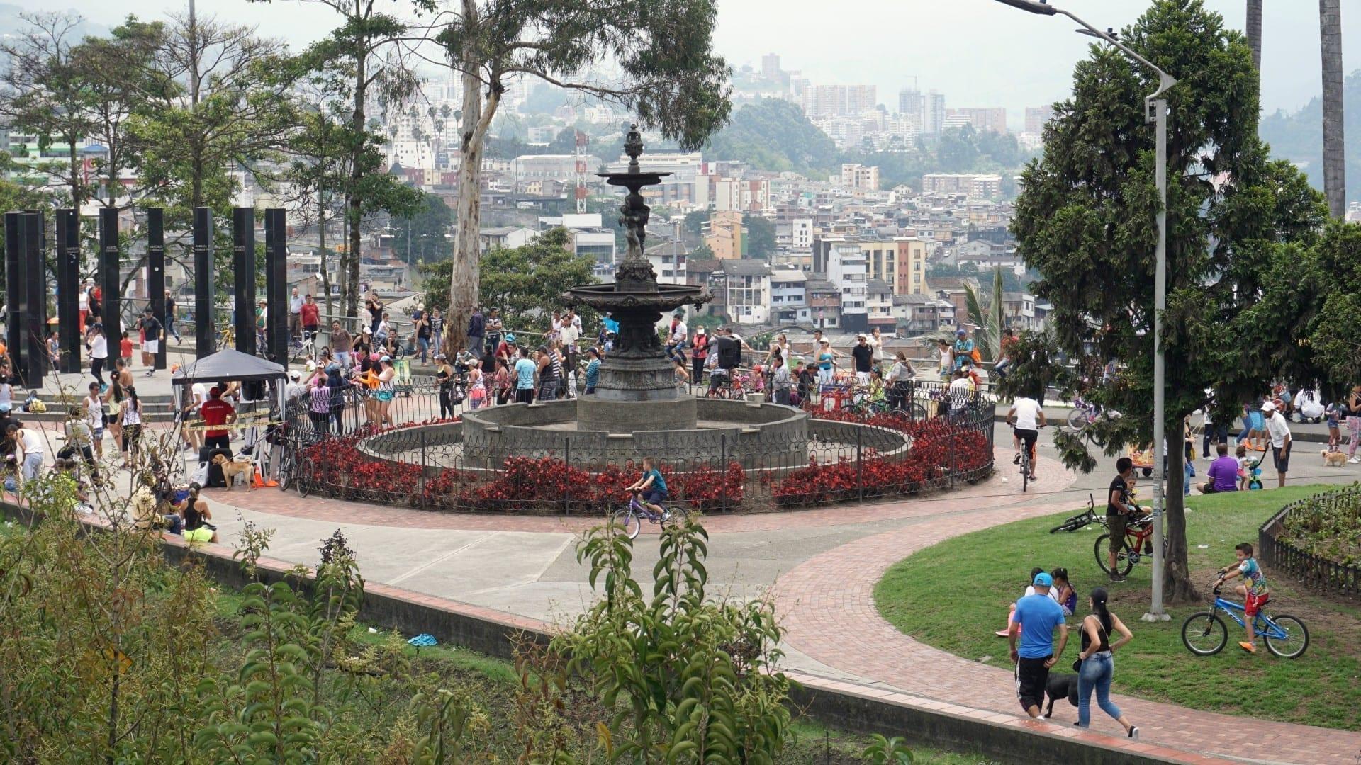 Parque Fundadores en una tarde de domingo Manizales Colombia