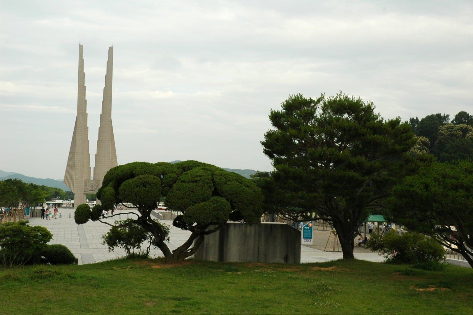 Patio de la Independencia, con el Monumento a la Nación en el fondo Cheonan Corea del Sur