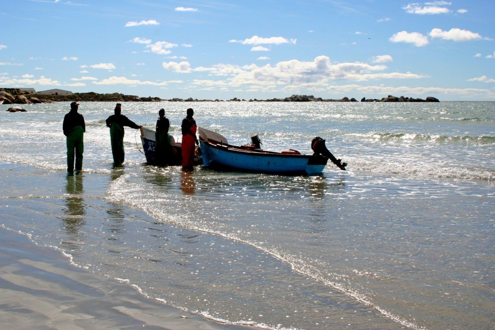Pescadores vendiendo su pesca del día en la playa. Paternoster República de Sudáfrica