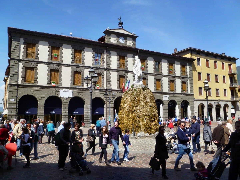 Plaza Garibaldi con el monumento a Garibaldi y el Palacio Vantini Lago Iseo Italia