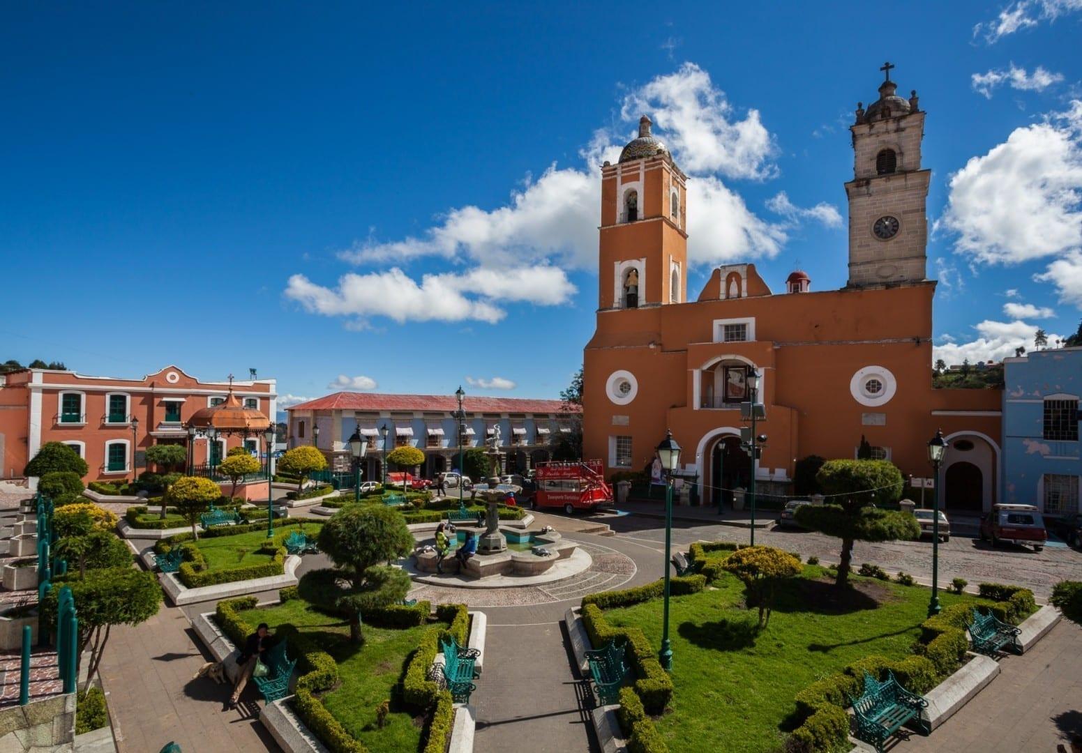 Plaza principal con la iglesia de Nuestra Señora de la Ascensión al fondo Real del Monte México
