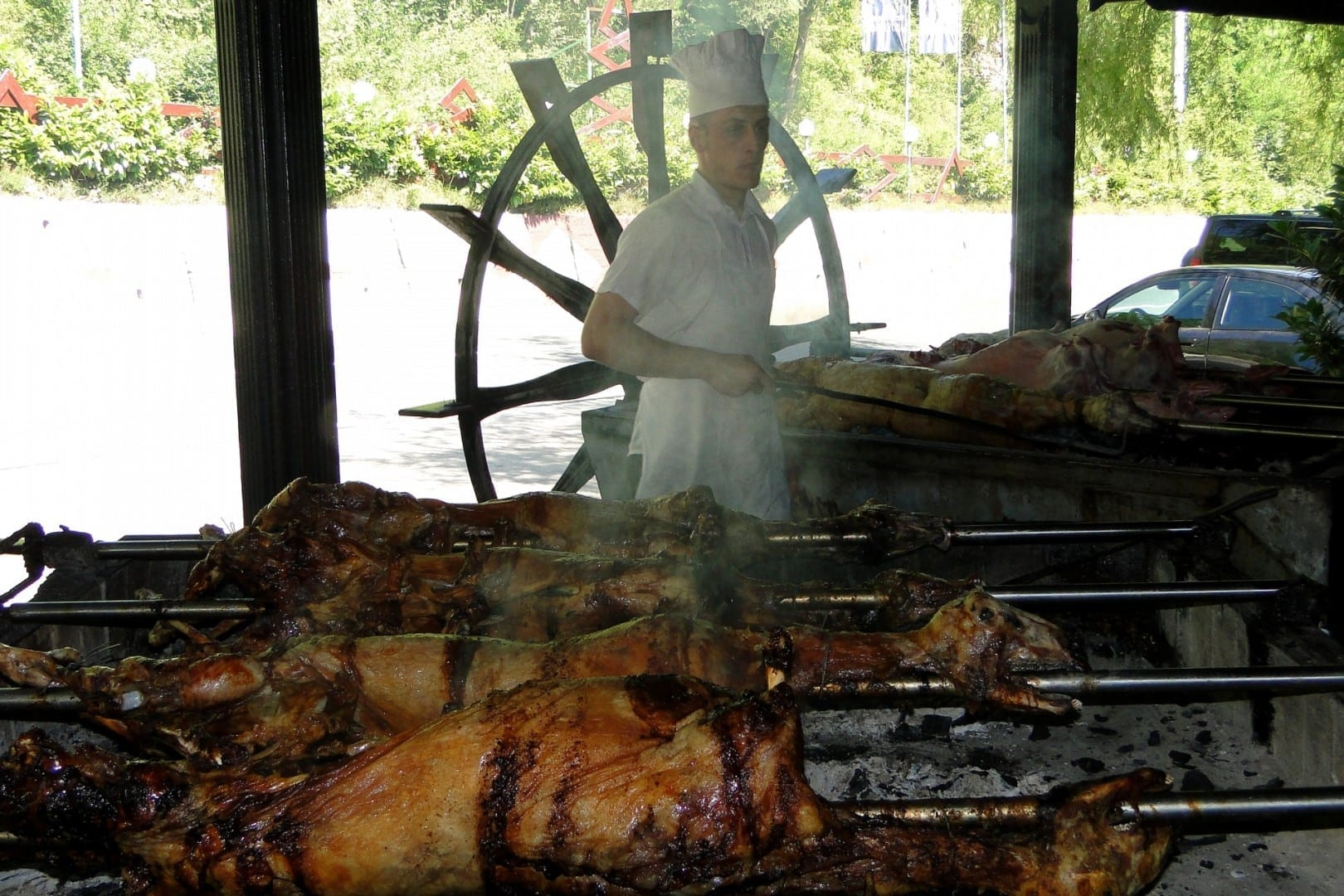 Preparación del tradicional cordero a la parrilla. Jablanica Bosnia y Herzegovina