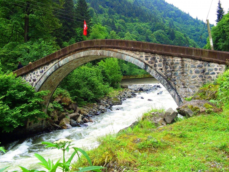 Puente otomano que cruza el río Fırtına cerca de Çamlıhemşin, al sur de Rize Rize Turquía