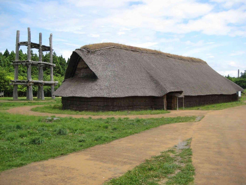 Réplica de un edificio Jomon en el sitio Sannai-Maruyama Aomori Japón