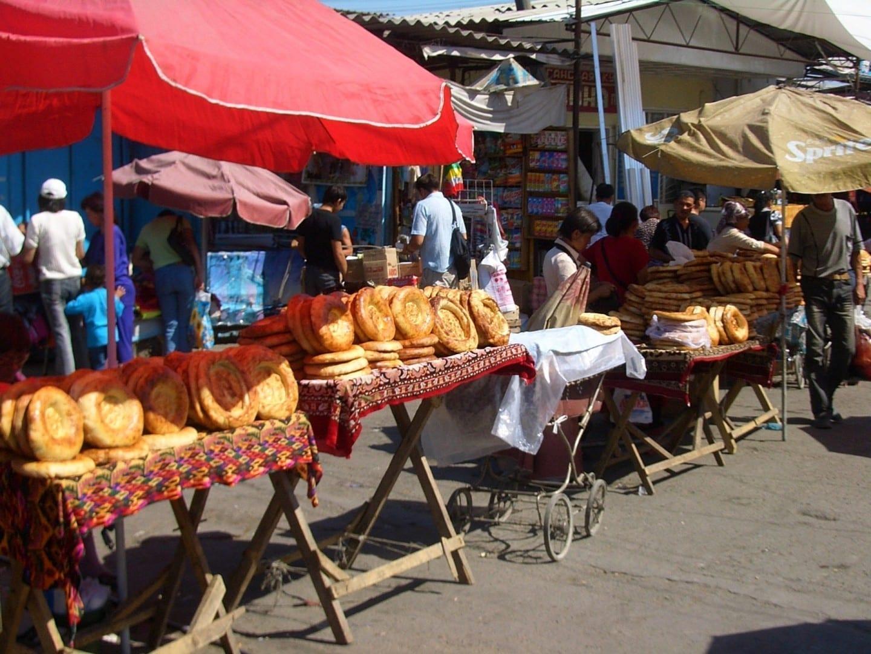 Típico pan centroasiático (nan) vendido por los vendedores del mercado Bishkek Kirguizistán