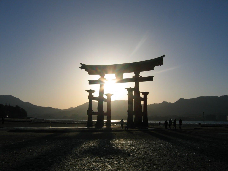 Torii en la marea baja Miyajima Japón