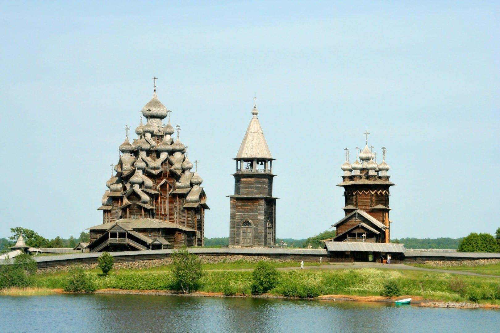 Tres iglesias del conjunto arquitectónico de Kizhi Isla Kizhi Rusia