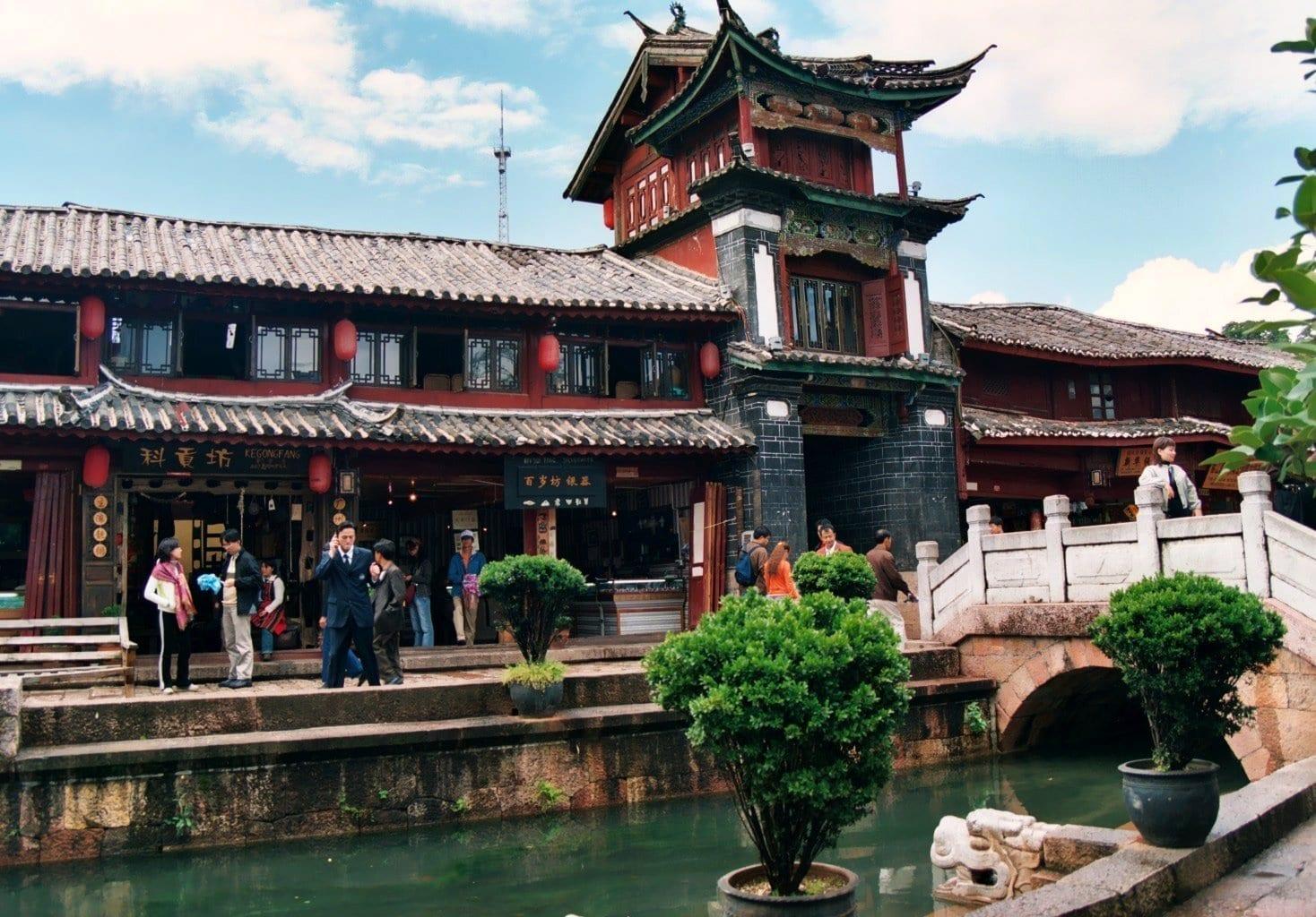 Un canal en el casco antiguo Lijian China