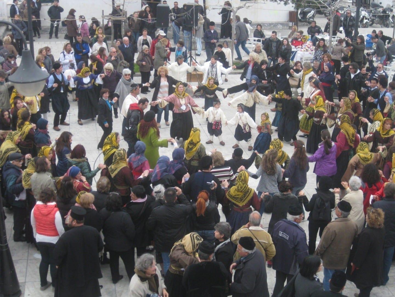 Un carnaval de baile en la plaza central Eciros Grecia