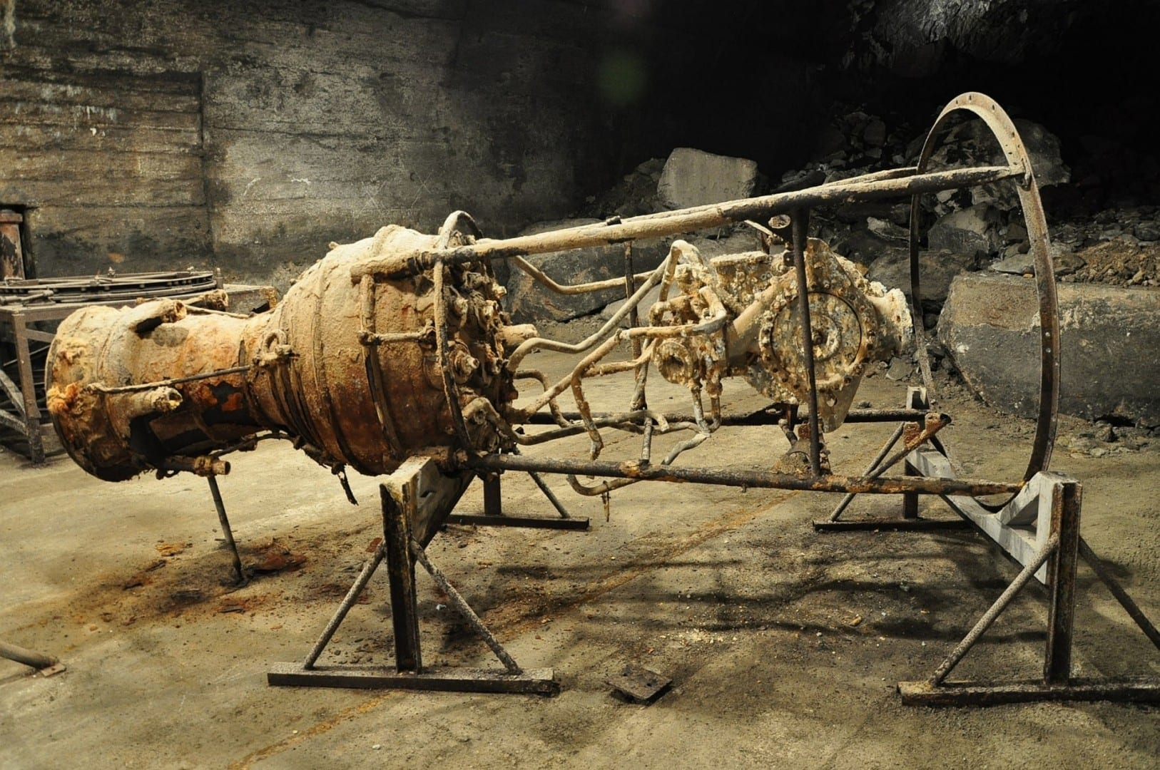 Un motor de cohete V2 en exhibición en el memorial de Dora-Mittelbau KZ Nordhausen Alemania